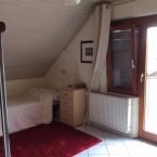 Wohnraum mit geklapptem Wandklappbett